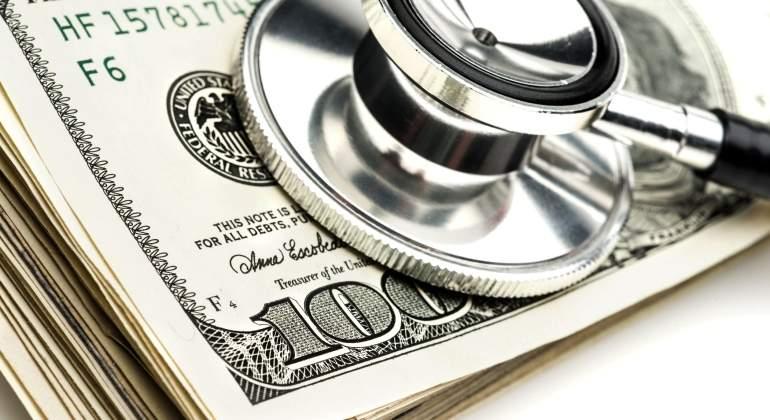 medico-sanidad-salud-dinero-billetes-dolares-getty.jpg
