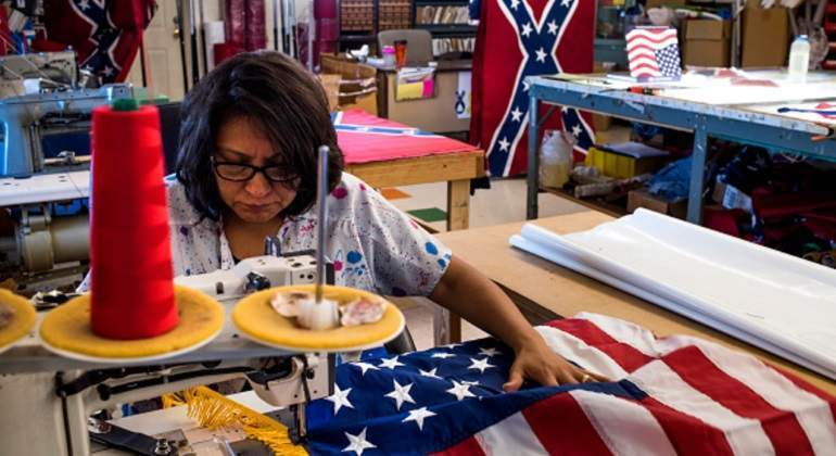 trabajadora-coser-bandera-estados-unidos-eeuu-getty.jpg