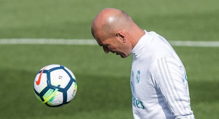 Zidane-pelota-entreno-2017-blanco-efe.jpg