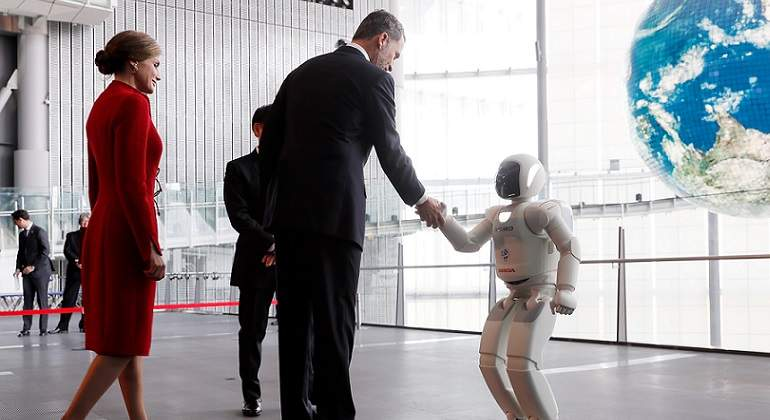 Felipe-VI-saludando-a-un-robot