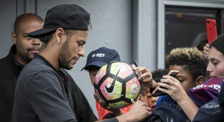 neymar-firma-balon-pretemporada-eeuu-efe.jpg