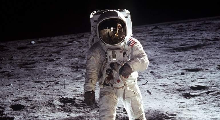 Neil-Armstrong-camina-sobre-la-Luna