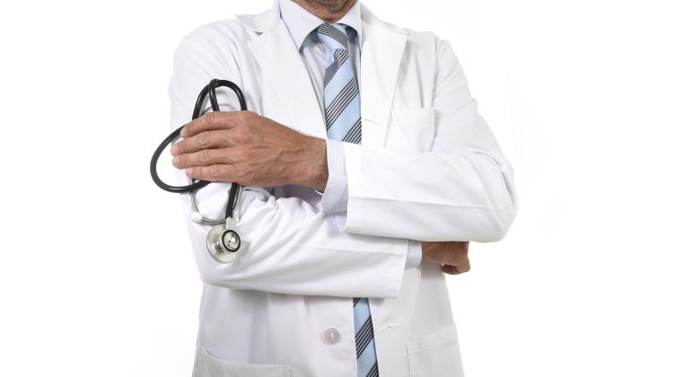 medico-bata-blanca-fonendo-dreamstime-770x420.png