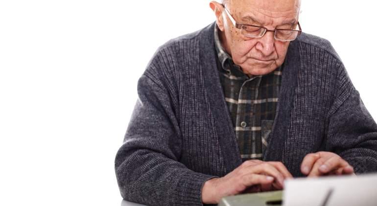 hombre-mayor-anciano-viejo-trabajando-maquina-escribir-770-dreamstime.jpg