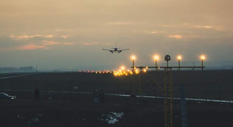 avion-atardecer-aeropuerto-dreams.jpg
