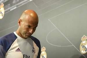 Zinedine Zidane señala a la defensa