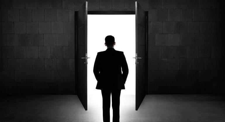 trabajador-salida-puerta-770-dreamstime.jpg
