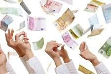 billetes-euros-manos-dreamstime.jpg