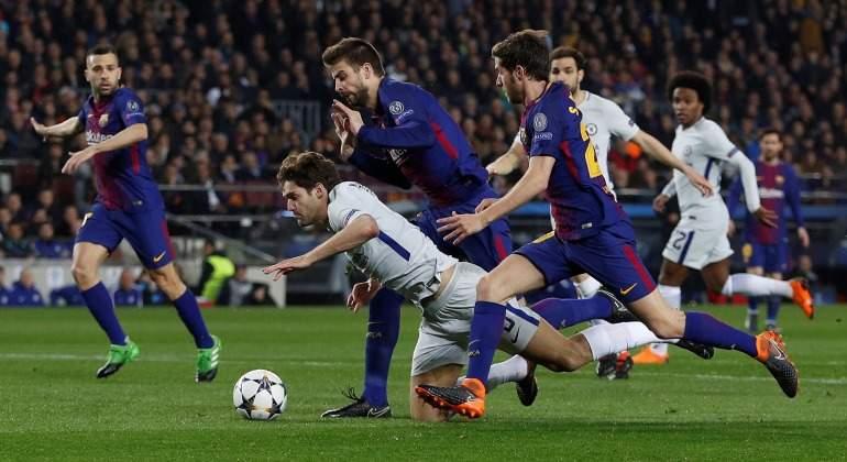 Marcos-Alonso-Pique-Penalti-Chelsea-Barcelona-2018-Reuters.jpg
