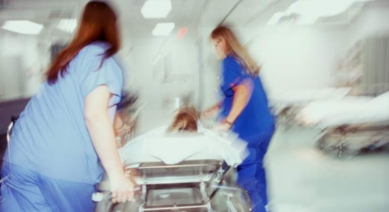 enfermeras-camilla-movimiento-getty.jpg