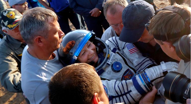 Astronautas con más de 600 días en el espacio llegan a Tierra