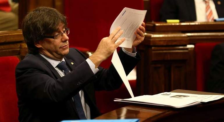 puigdemont-papel-parlament-reuters.jpg
