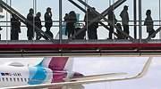 Viajeros cruzan la pasarela de un aeropuerto