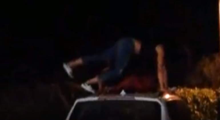 chica-bailando-techo-coche.jpg