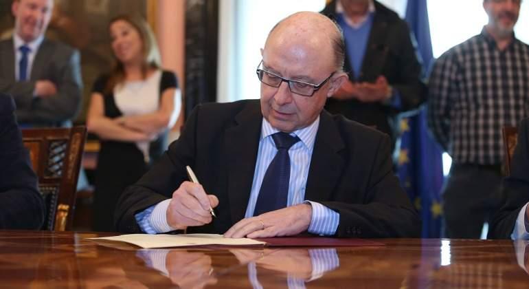 cristobal-montoro-firma-hacienda-empleo-publico-770-eE.jpg