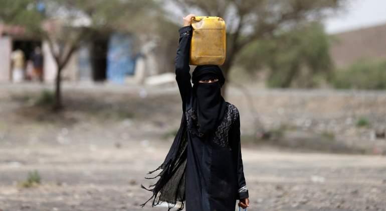 mujer-agua-yemen-reuters.jpg