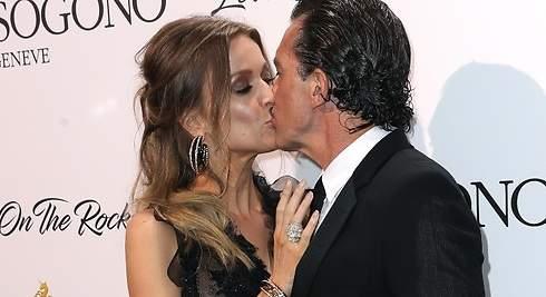 Antonio Banderas se come a besos a su novia Nicole