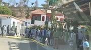 Inmigrantes esperan para ser alojados en un hotel de Canarias