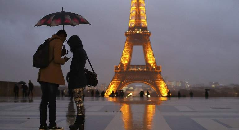 Paris-frio-lluvia-reuters.jpg