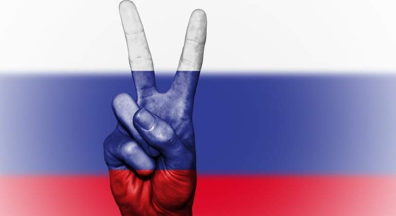 Rusia-bandera-mano-Pixabay.jpg