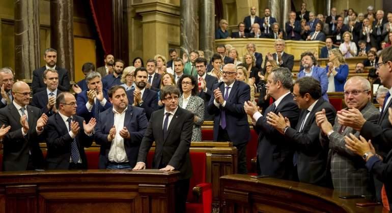pleno-parlament-aplaude-puigdemont-10octubre-efe.jpg