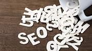 Las letras SEO aparecen derramadas en una mesa
