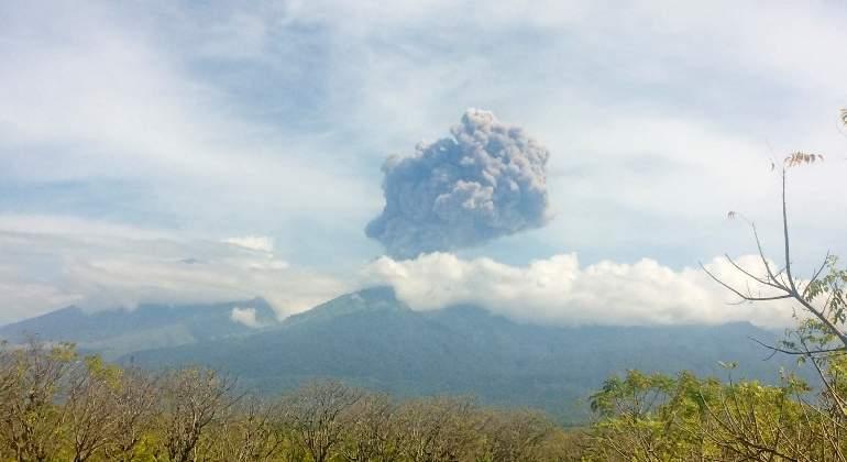 Cientos de turistas evacuados en Indonesia por la erupción de un volcán en Lombok