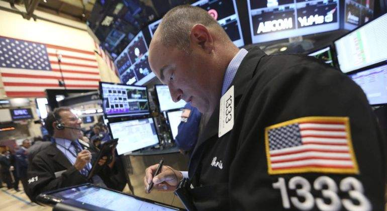 Wall Street opera mixto a media sesión y el Dow Jones baja un 0,49 por ciento