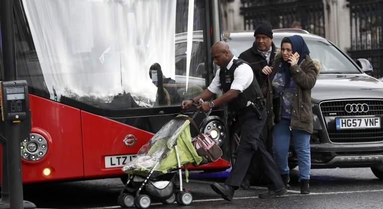 La policía trata de alejar a los ciudadanos