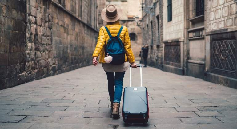 turismo-chica-maleta-plumas-dreamstime.jpg