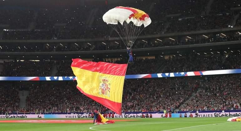 Bandera-espana-metropolitano-paracaidista-inauguracion-2017-Reuters.jpg