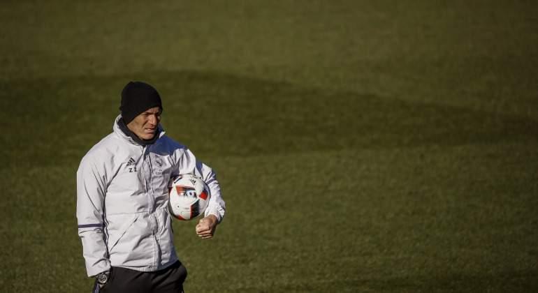 Zidane-balon-entreno-2017-efe.jpg