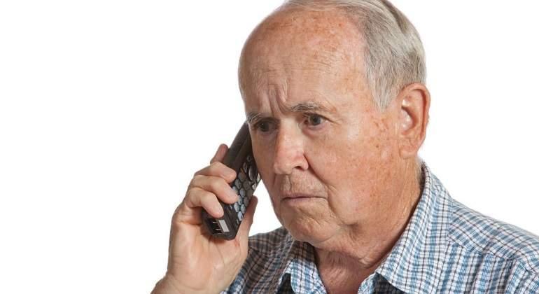 pensionista-telefono-preocupado-getty.jpg
