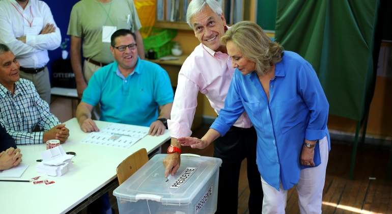 sebastian-pinera-vota-mujer-elecciones-presidenciales-2017-chile-reuters-770x420.jpg