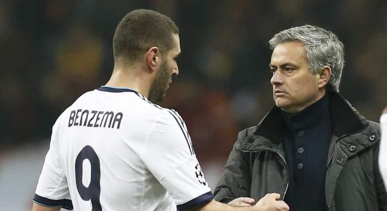 Benzema-saluda-Mourinho-2012-efe.jpg