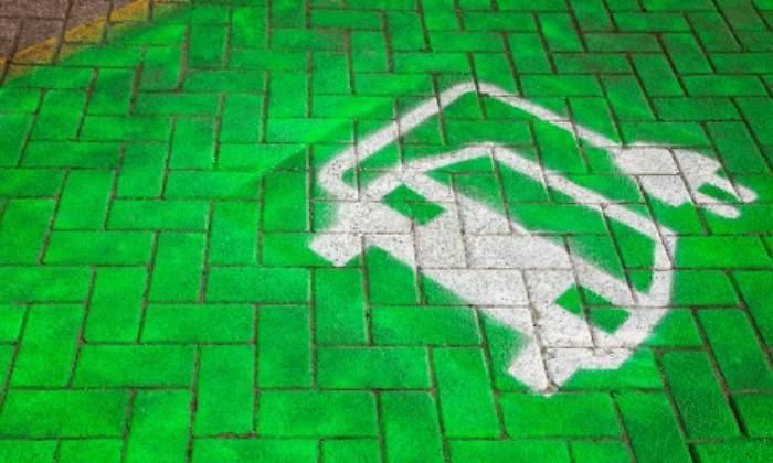 Coche-electrico-pavimento-Getty.jpg