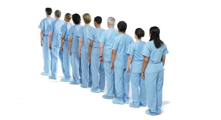 enfermeros-fila.jpg