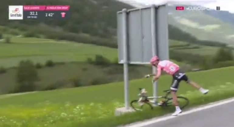 Un apretón obliga a Tom Dumoulin a bajarse de la bicicleta en plena etapa reina del Giro de Italia
