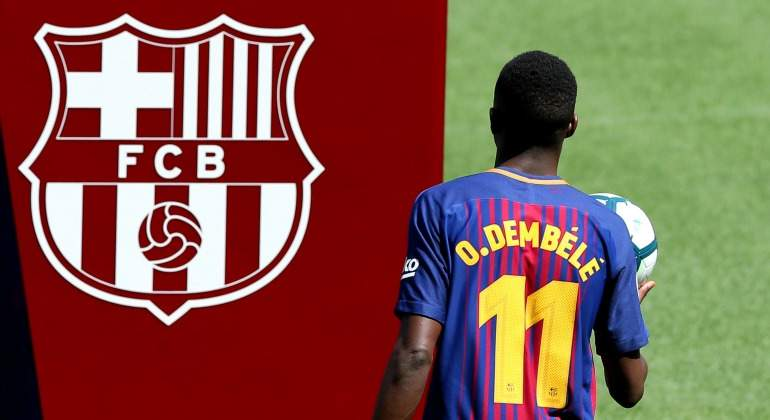 Dembele-escudo-Barcelona-presentacion-2017-reuters.jpg