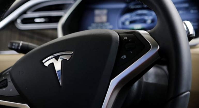 Investigan choque de camioneta Tesla en California