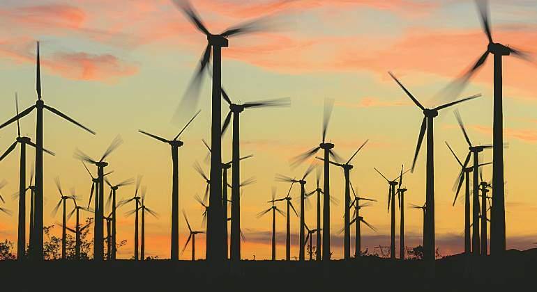 renovables-eolica-cielo-naranja.jpg