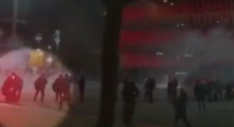 Captan el momento en el que el ertzaina se desploma en los altercados del Athletic - Spartak de Moscú