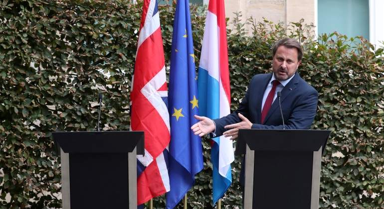xavier-bettel-luxemburgo-atril-vacio-boris-johnson-brexit-reuters-770x420.jpg