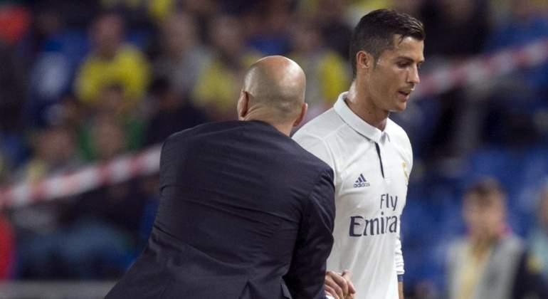 Zidane-saluda-CR7-2016-LasPalmas-cambio-efe.jpg