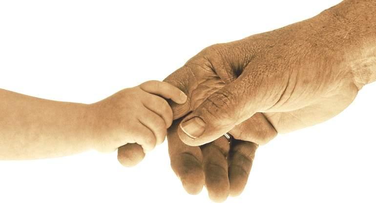 manos-bebe-abuelo.jpg