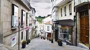 Una calle comercial vaca de Betanzos en Galicia