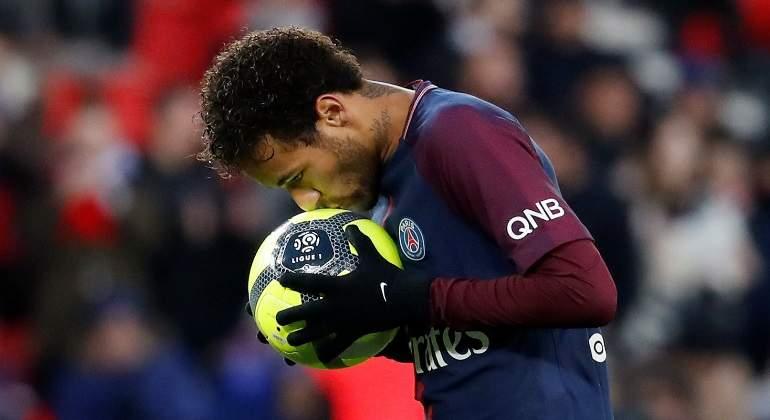neymar-besa-balon-psg-reuters.jpg