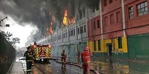 Incontrolable incendio consume galería en Las Malvinas desde hace 20 horas
