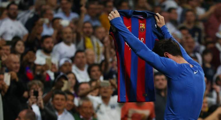 MEssi-ensena-camiseta-Bernabeu-2017-reuters.jpg