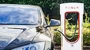 Vehculo Tesla cargando iStock